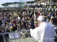 """Pope to Children: Use Smartphones Sparingly Since They Impede """"Concrete Dialogue"""""""