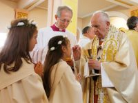 Update: After offering instruction, pope gives first Communion to 245 children