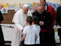 Update: Roses and the cross: Pope meets refugees in Bulgaria