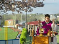 Tennessee priest brings Mass to homebound students from school parking lot