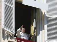 Pope at Angelus: 'go against the current, choose meekness and mercy'