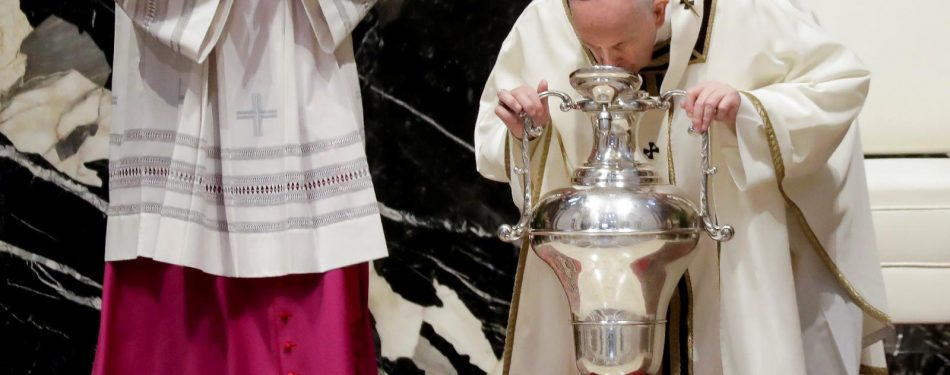 Sharing the Gospel means embracing the cross, pope says at chrism Mass