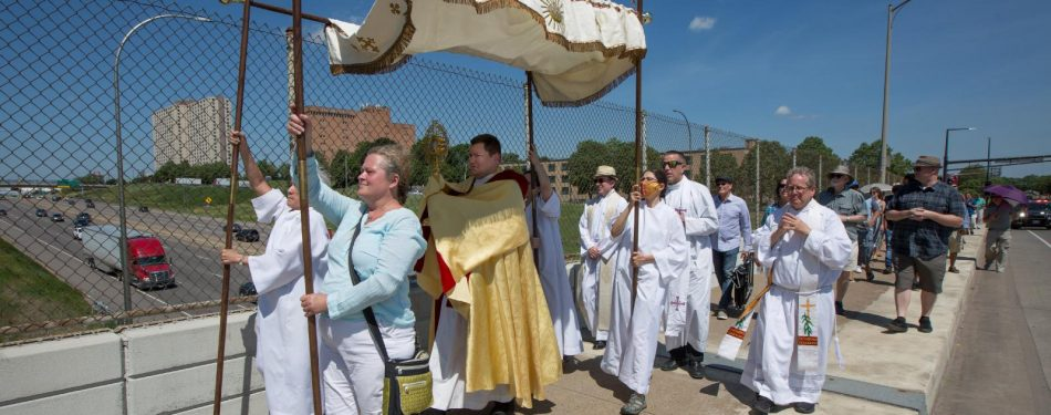 Parishes hold joint eucharistic procession as 'sign of unity,' healing