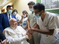 SPANISH TRANSLATION: Pope to remain in hospital 'a few more days,' Vatican says